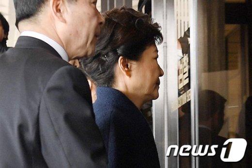 [사진]검찰 소환 박근혜 '굳은 표정으로'