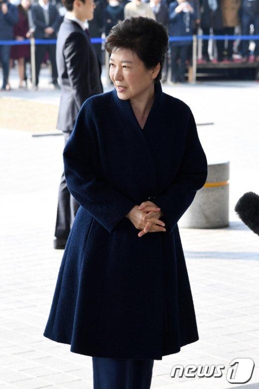 [사진]미소 보이며 검찰 출석하는 박근혜