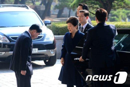 [사진]검찰 출석해 인사 받는 박근혜