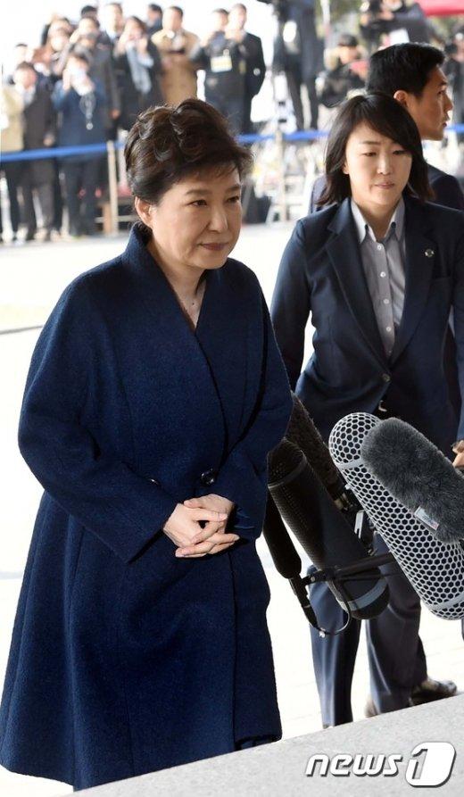[사진]입장 밝히는 '피의자' 박근혜