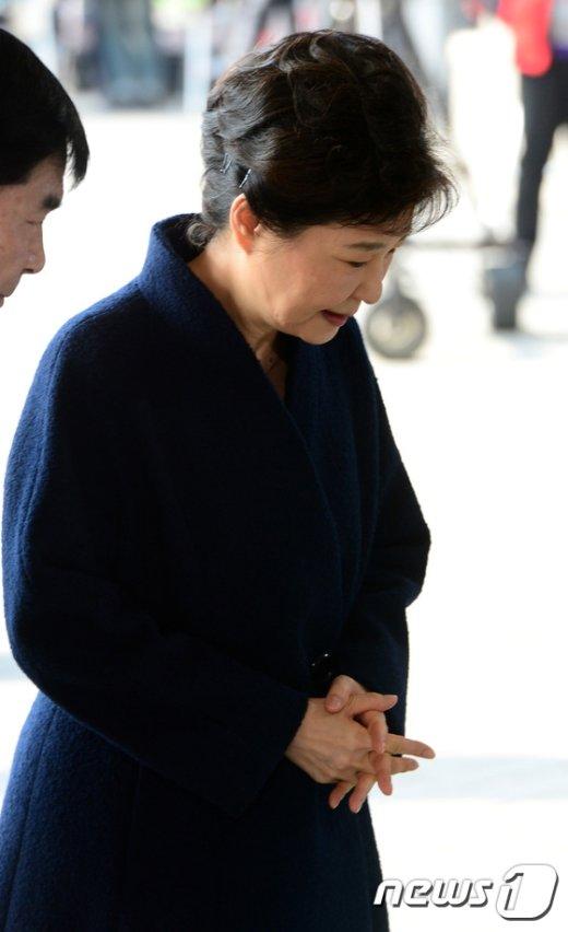 [사진]고개숙인 피의자 박근혜
