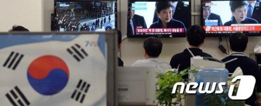 [사진]피의자 신분 검찰 출석한 박 전 대통령 지켜보는 공무원