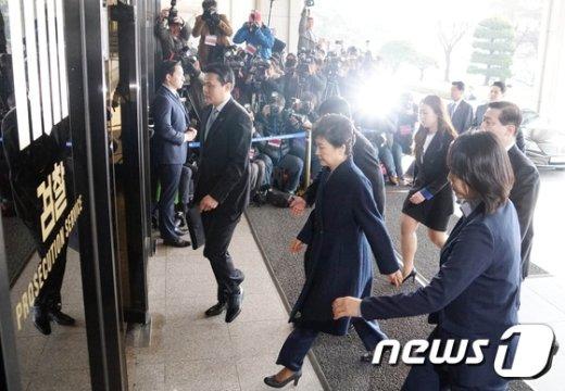 [사진]'박근혜 검찰청사로'