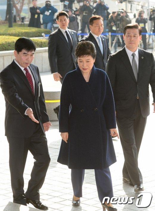 [사진]박근혜 전 대통령 안내하는 검찰관계자