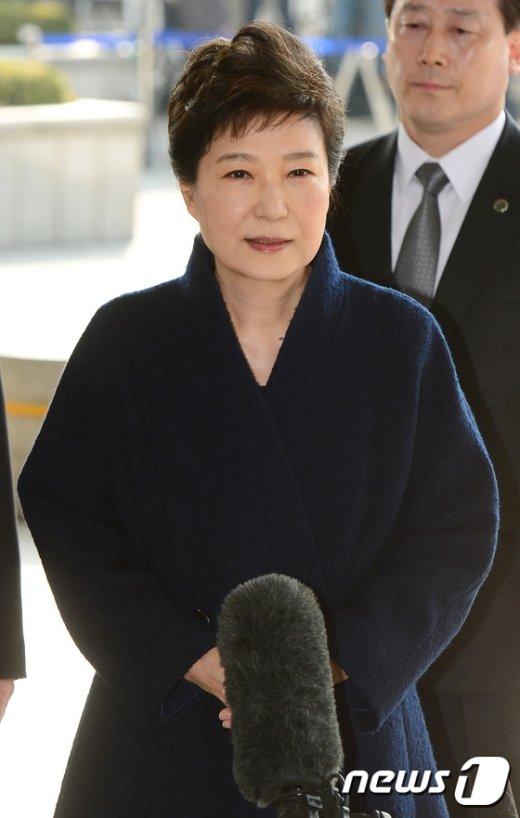 """[사진]박근혜 전 대통령 """"설실하게 조사에 임하겠다"""""""