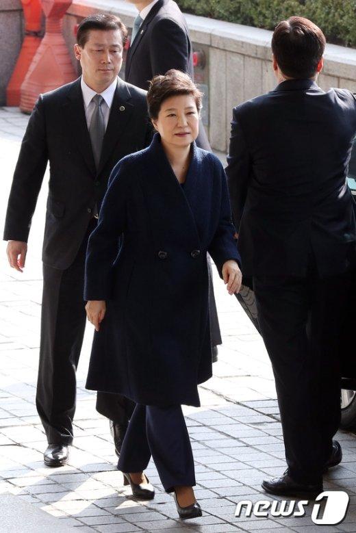 [사진]박근혜 전 대통령, 피의자 신분으로 서울중앙지검 출석