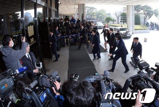 [사진]박근혜 전 대통령과 취재진