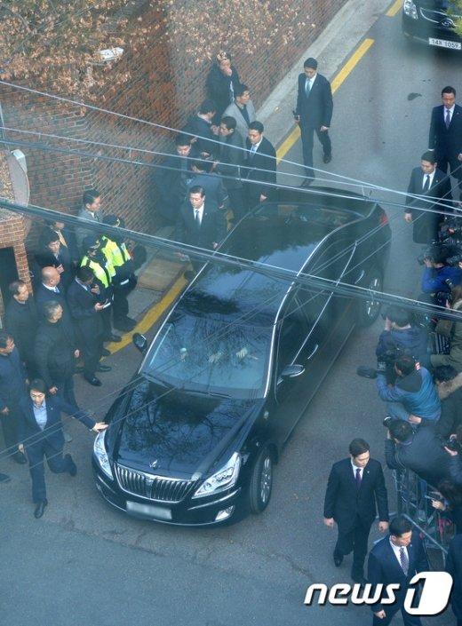 [사진]검찰 향하는 박 전 대통령 차량