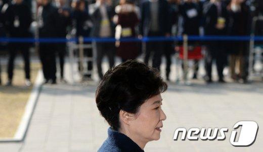 [사진]포토라인 향하는 박근혜