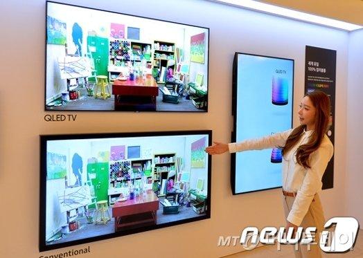21일 오전 서울 강남구 역삼동 라움 아트센터에서 열린 '삼성 QLED TV 출시 미디어데이' 행사에서 직원이 신형 QLED TV(위)와 기존 제품의 화질을 비교해 설명하고 있다./사진=뉴스1