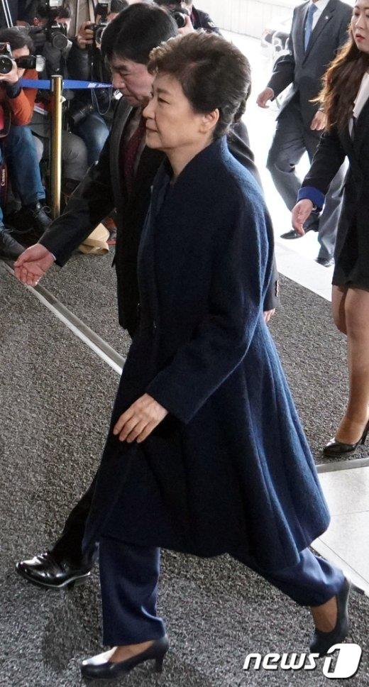 [사진]박근혜 전 대통령,남색코트에 남색바지입고 검찰 출석