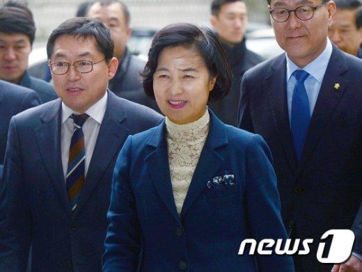 [사진]법정 향하는 추미애 '벌금 80만원, 의원직 유지'