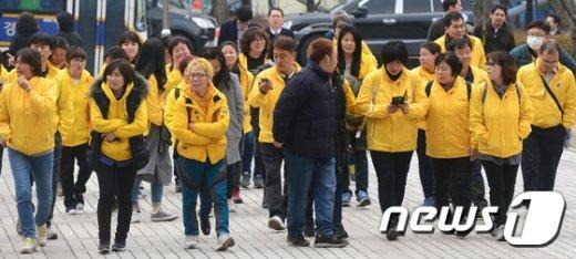 [사진]재판향하는 세월호 유가족 '무거운 발걸음'