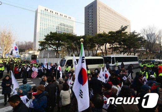 [사진]지검 앞에 모인 박사모