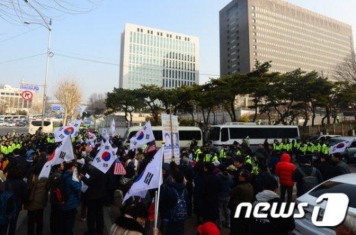 [사진]친박 단체, 검찰 청사 앞에 모여