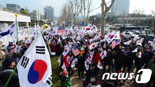 [사진]중앙지검 앞 태극기집회
