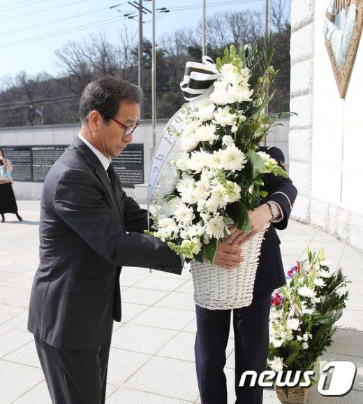 [사진] 6·25 프랑스군 참전기념비에 헌화하는 김광우 제대군인국장