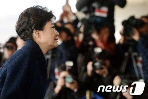 박근혜 전 대통령이 21일 오전 피의자 신분으로 검찰 조사를 받기 위해 서울 서초구 중앙지검에 출두해 조사실로 향하고 있다.  © News1 오대일 기자