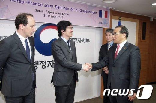 [사진]악수하는 홍윤식 장관과 프랑스 국가개혁간소화장관