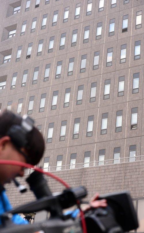 한 카메라기자가 서울중앙지검 청사를 촬영하고 있다. /사진=뉴시스