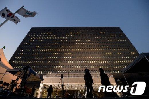 [사진]불 켜진 검찰...계속되는 朴 전 대통령 조사