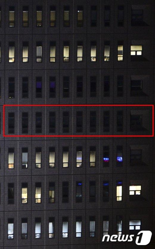 [사진]블라인드 내려 검게 보이는 박근혜 대통령 조사실