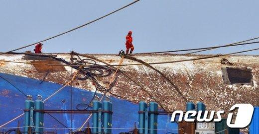 [사진]세월호 선체위에서 작업하는 인양선원들