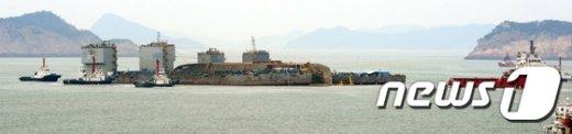 [사진]세월호 '반잠수선으로 이동 시작'