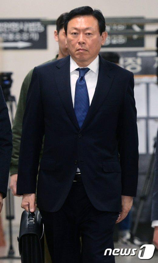 [사진]'롯데비리' 재판 출석하는 신동빈