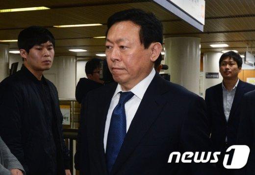 [사진]신동빈 회장 '중국 악재에 재판까지'