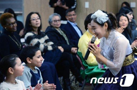 용산구 거주 외국인 주민들이 서울 용산구청에서 열린 '한국어로 만나는 세계인' 행사에서 한글 노래를 배우고 있다./뉴스1 © News1