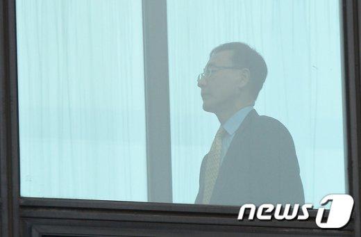 [사진]구름다리 건너는 김수남 총장