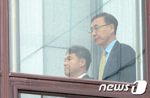 [사진]대검 구름다리 건너는 김수남 총장