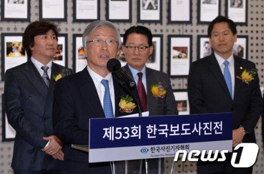 [사진]축사하는 이병규 한국신문협회장