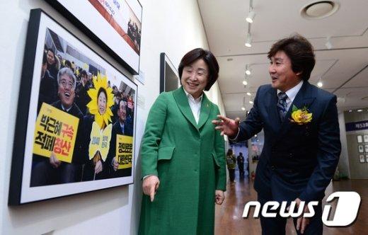 [사진]한국보도사진전 찾은 심상정 대표