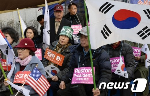 [사진]檢 앞에 모인 박 전 대통령 지지자들