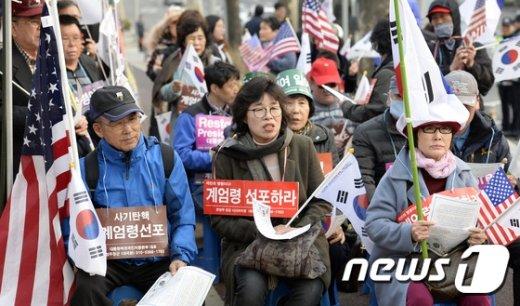 [사진]검찰 앞에 모인 박근혜 전 대통령 지지자들