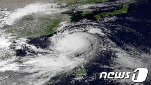 미 국립해양대기청(NOAA)의 태풍 결로 추적 사진/사진=NOAA© News1