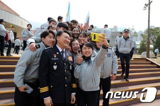 [사진]신입 경찰교육생과 경찰청장 '찰칵'