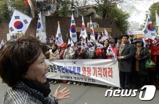 [사진]박 전 대통령 영장 기각 촉구하는 지지자들