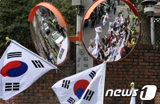 [사진]朴 영장 기각 촉구하는 지지자들