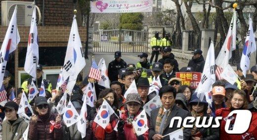 [사진]朴 지지자 집회에 굳게 닫힌 교문