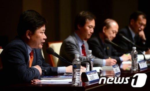 [사진]토론 발표하는 김성진 교수