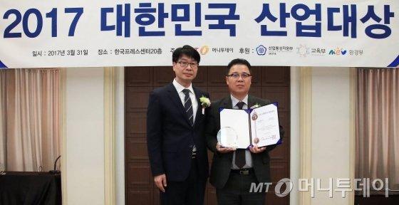 엄준영 아이렉스넷 대표(오른쪽)가 기술혁신대상을 수상한 뒤 김의주 한국능률협회컨설팅 수석컨설턴트와 기념 촬영을 하고 있다/사진=김창현 기자
