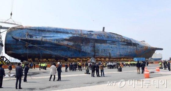 세월호를 실은 반잠수식 선박, 화이트 마린 호가 31일 오후 유가족들의 오열속에 목포신항에 접안하고 있다./목포=사진공동취재단.