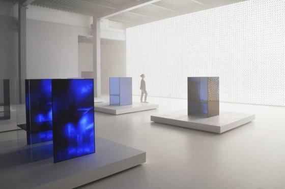 LG가 밀라노 디자인 위크에서 선보인 '미래의 감각'전. 올레드 사이니지로 만든 '미래의 감각 의자' 뒤로  올레드 조명으로 만든 '태양의 벽'이 밝게 빛나고 있다