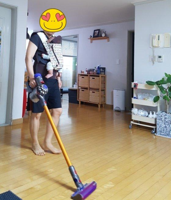 아기띠를 하고 청소하는 남편의 모습. /사진제공=임선영씨