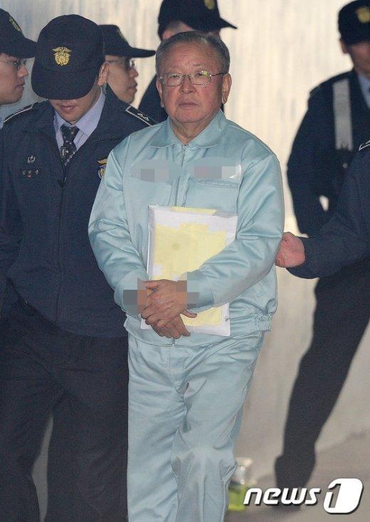 [사진]강만수 전 산업은행장 '무거운 발걸음'