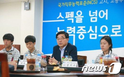 NCS 간담회 중인 이기권 고용노동부 장관.©뉴스1