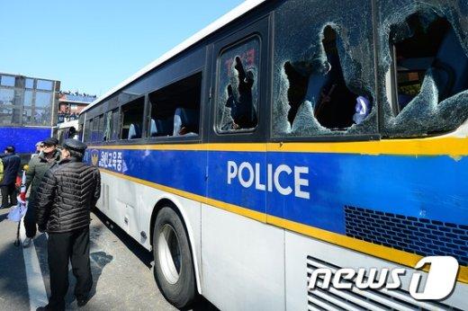 10일 오전 서울 종로구 안국역 주변에서 열린 태극기 집회 주변에서 경찰버스가 유리창이 부서진채 서 있다. <br />  &copy; News1 임세영 기자